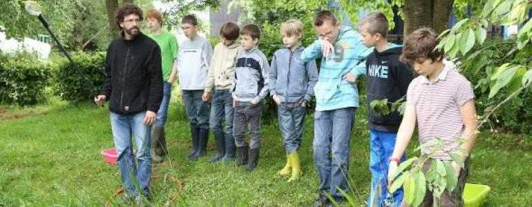Les enfants en compagnie de François Griffaut de l'association Les Blongios ont participé à la pêche aux habitants de la mare.