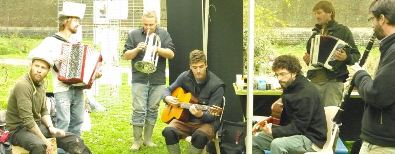 ... puis les mélodies entraînantes des musiciens.
