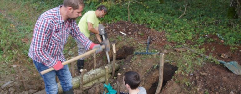 Maintien des troncs par la pose de piquets.