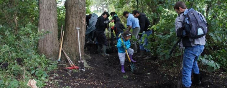 Les salariés de Nature et Découvertes de Lille, venus en famille pour participer à la réhabilitation d'un fossé
