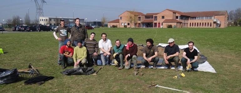 Une belle équipe d'ingénieurs informatiques et de salariés en insertion pour le creusement de la mare en 2012