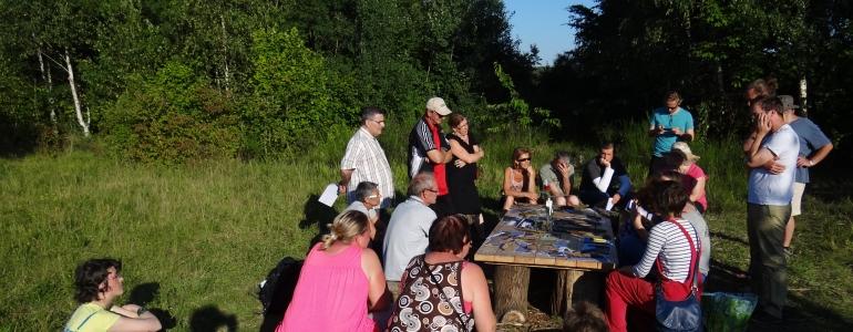 Bilan et réflexion... le groupe en plein travail sur la table de pique-nique !