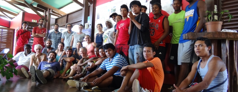 Le groupe du chantier : les stagiaires de la formation et les jeunes de la MFR de Régina